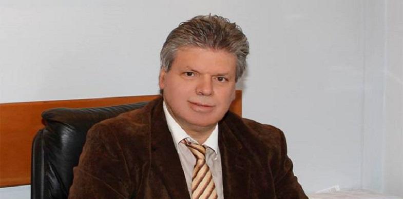 Ο Πρόεδρος του Α.Ο. Πεύκης Σταύρος Μονεμβασιώτης ευχαριστεί τον πρόεδρο του  συλλόγου «Οι Φίλοι της Θένιας» Κώστα Κωνσταντινίδη, για τη δωρεά αθλητικού  υλικού στο σύλλογο
